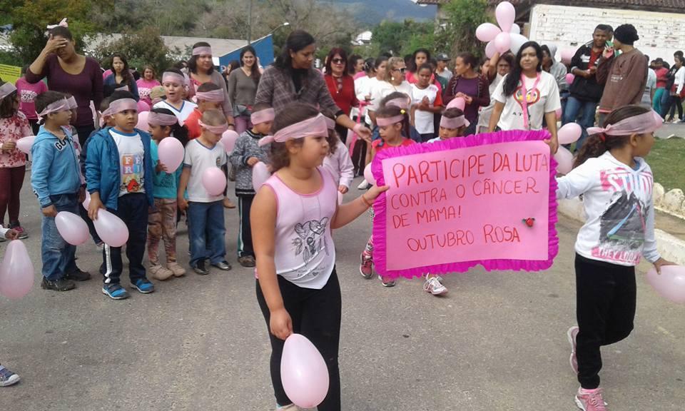 a882f0e33 Crianças da Escola Municipal com cartazes de conscientização.